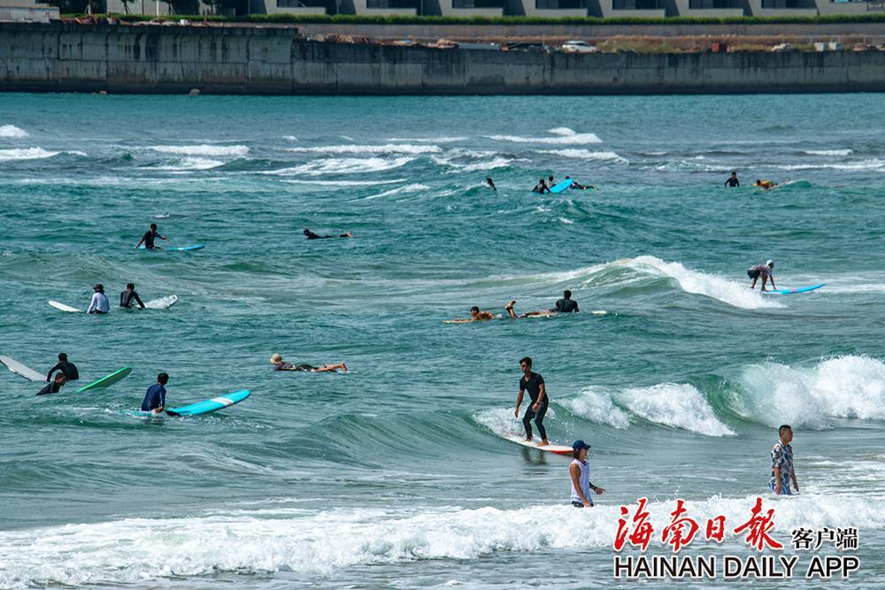 万宁:金秋海湾戏水欢